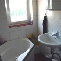 Schönes sauberes Bad mit Duschwanne